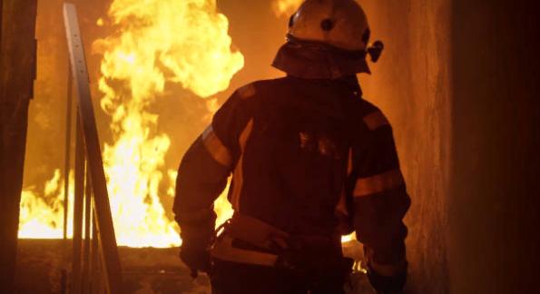 Пожарные при тушении возгорания