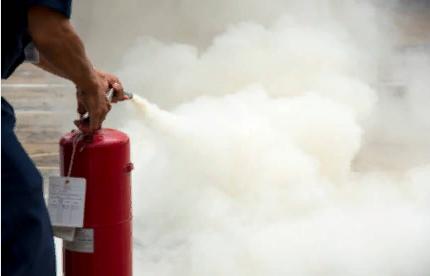 Промежуток между огнетушителем и очагом пожара